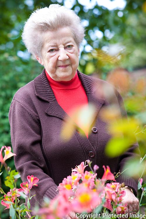 364611-Wiske Ceulemans in haar tuin-Begijnhof 18 Herentals