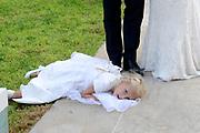 Wendy van Dijk en Erland Galjaard zijn getrouwd op Ibiza in het Agroturismo Atzaró . Agroturismo Atzaró bevindt zich in een sinaasappelboomgaard op het platteland van Ibiza. Dit mooie, landelijke hotel beschikt over een klein buitenzwembad en een kleine spa. <br /> <br /> Op de foto: Dochter Lizzy van Wendy van Dijk en Erland Galjaard
