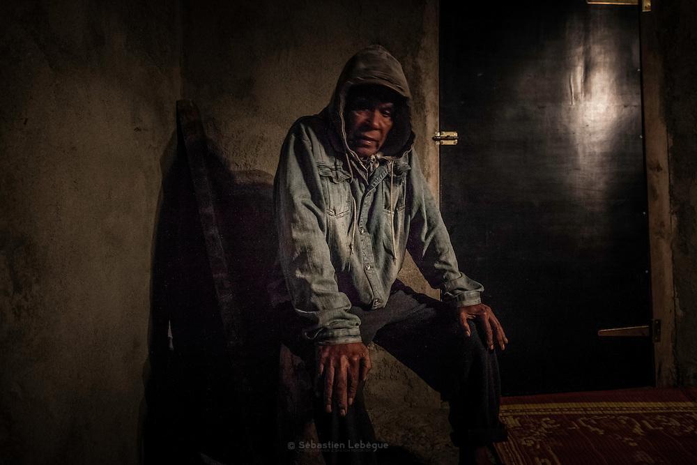 Le grand père du défunt est l'ainé du clan paternel. De par sa position, il est le plus proche des esprits ancestraux et le représentant du clan. C'est à lui de prononcer la Parole lorsque que les clans alliés viennent présenter la coutume de deuil. - Tribu de Tendo - Hienghene - Nouvelle Calédonie - Aout 2013