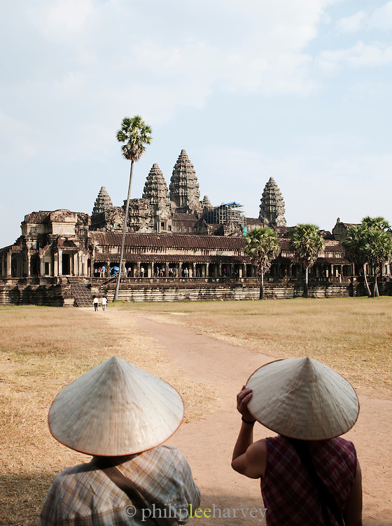 Local souvenir sellers watch toursts at Ankor Wat, Angkor, Siem Reap Province, Cambodia
