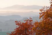 Blick auf Berge im Abendnebel von Waldkirchen aus, Bayerischer Wald, Bayern, Deutschland | View of mountains in the evening mist from Waldkirchen, Bavarian Forest, Bavaria, Germany