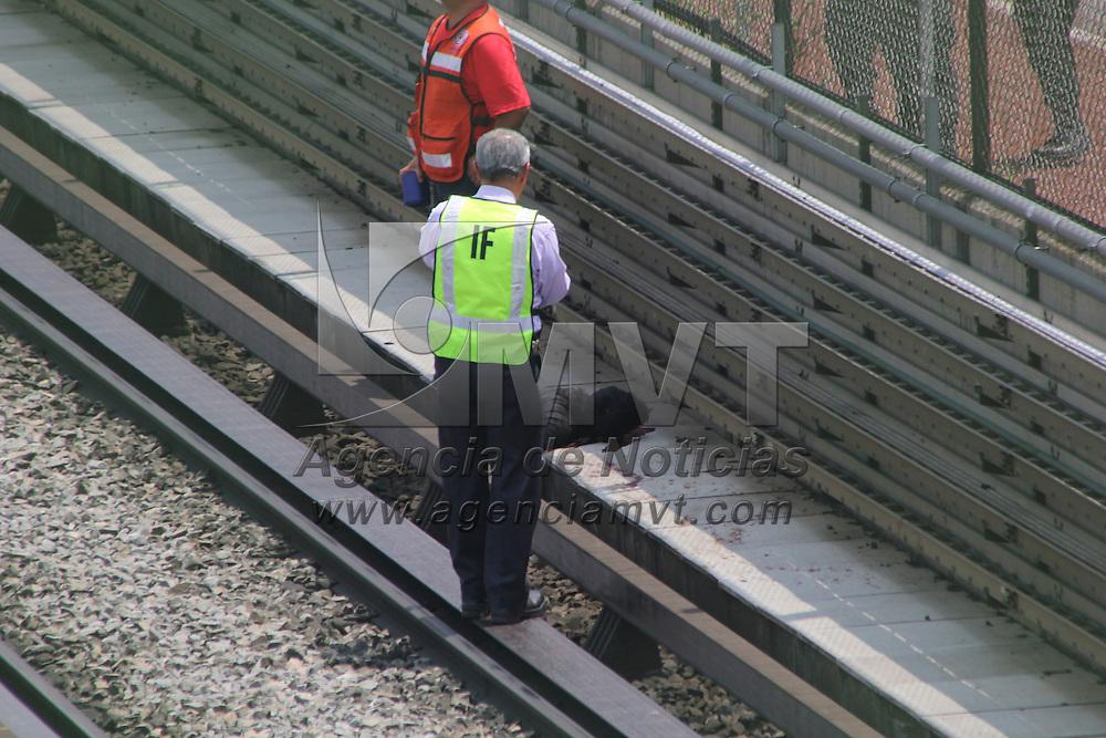 Ecatepec, Méx.- Un hombre murió al caer en las vías de Metro de la línea B, en la colonia Valle de Aragón 3era sección, al parecer el hombre cayó del puente peatonal, chocando con el convoy y fue proyectado por el mismo. Agencia MVT / Alex Rodríguez