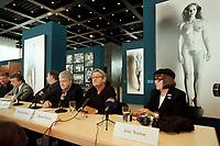 """30 OCT 2000, BERLIN/GERMANY:<br /> Manfred Heiting (3.v.R.), Projektleiter Deutsches Centrum für Photographie, Helmut Newton (2.v.R.), Fotograf, und June Newton (R), im Hintergrund Werke aus Helmut Newtons """"Big Nudes"""" Serie, Pressekonferenz zur Eroeffung der Ausstellung """"Helmut Newton: WORK"""", Neue Nationalgalerie<br /> IMAGE: 20001030-01/02-02"""