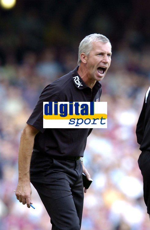 Photo: Olly Greenwood.<br />West Ham United v Newcastle United. The Barclays Premiership. 17/09/2006. West Ham manager Alan Pardew shoots at the linesman