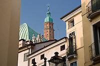 BASILICA PALLADIANA (architetto Andrea Palladio 1549), SCORCIO DELLA CUPOLA E DELLA TORRE DEI BISSARI, VICENZA, VENETO, ITALIA