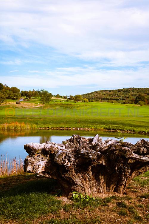 17-09-2015: Beroun Golf Resort in Beroun, Tsjechië.<br /> Foto: Ook bij hole 10 moet je over het water