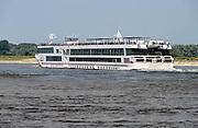 Nederland, Nijmegen, 16-7-2013Passagiersboot van een rijncruise vaart opde Waal, Rijn.Passagiers op de Viking Sun op het dek.Foto: Flip Franssen/Hollandse Hoogte