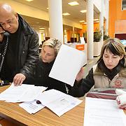 Nederland Rotterdam 26-03-2009 20090326 Foto: David Rozing ..Serie UWV, Stadsmarinier helpt pools meisje met papierwerk en aanvraag uitkering. Zij is arbeidsongeschikt geworden tijdens haar werk voor een uitzendbureau, zij is de topjes van enkele vingers kwijt geraakt en vervolgens met lege handen de laan uit gestuurd door het uitzendbureau. Werkbedrijf lokatie Schiekade centrum Rotterdam, de vroegere arbeidsbureaus ( CWI UWV ) De werkloosheid in Nederland begint op te lopen. Dat blijkt uit de jongste cijfers die het Centraal Bureau voor de Statistiek (CBS) de oorzaak is de krediet crisis Holland, The Netherlands, dutch, Pays Bas, Europe , buitenlandse arbeidskracht, pools, meid, jonge werknemer, uitkering aanvragen, ziektewet, ongeschikt om te werken, tussen wal en schip, jonge vrouw,..Foto: David Rozing