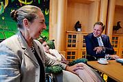 Nederland, Den Haag, 26-09-2018<br /> In Den Haag praat minister Hugo de Jonge (SZW) met leden van de werkgroep Wij Zien Je Wel en enkele ouders met kinderen met zeer ernstig verstandelijk en meervoudige beperkingen (ZEVMB) over de voortgang van de werkgroep en de problemen waarmee de doelgroep te maken heeft. De werkgroep heeft als doel om de zorg van ouders met ZEVMB kinderen te vereenvoudigen en te zorgen dat de gezinnen een betere kwaliteit van leven hebben.<br /> Foto: Bas de Meijer / De Beeldunie