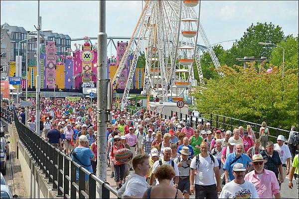 Nederland, Nijmegen, 22-7-2015 Deelnemers aan de 4daagse, vierdaagse, lopen op de tweede dag, de dag van Wijchen, over de voerweg naar de finish op de wedren. Het laatste stuk van het parcours loopt over de Waalkade en door de stad, de Hertogstraat, waar ook de zomerfeesten plaatsvinden. Traditioneel de roze woensdag met als gangmaker entertainer Bennie Solo. The International Four Day Marches Nijmegen is the largest marching event in the world. It is organized every year in Nijmegen mid-July as a means of promoting sport and exercise. Participants walk 30, 40 or 50 kilometers daily, and receive a medal, Vierdaagsekruisje. The maximum paticipants is 45,000 . Foto: Flip Franssen/Hollandse Hoogte
