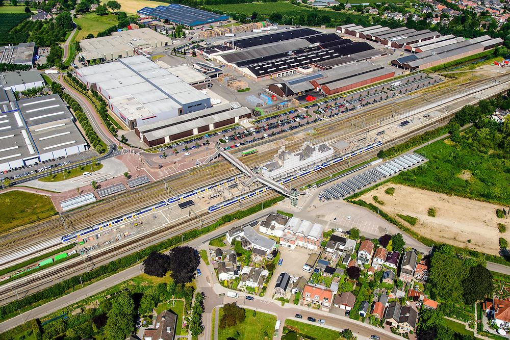 Nederland, Gelderland, Geldermalsen, 26-06-2014. trein staat stil in station Geldermalsen. Met parkeerterrein en fietsenstalling.<br /> luchtfoto (toeslag op standard tarieven);<br /> aerial photo (additional fee required);<br /> copyright foto/photo Siebe Swart