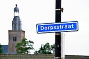 Nederland, Streefkerk, 30-9-2018In veel dorpen van Nederland is een dorpsstraat, meestal de belangrijkste straat door een dorp. Op de achtergrond de plaatselijke kerk.Foto: Flip Franssen