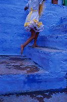 Inde. Rajasthan. Jodhpur la ville bleue. Pas de deux. // India. Rajasthan. Jodhpur. The blue city. Girl on the stairs.