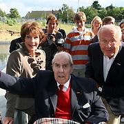 NLD/Hilversum/20070817 - Straten rond het Mediapark Hilversum vernoemd, Willem Duys onthult zijn vijver