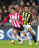 Fotball<br /> Foto: Dppi/Digitalsport<br /> NORWAY ONLY<br /> <br /> CHAMPIONS LEAGUE 2005/2006 - 1ST ROUND - GROUP E - PSV EINDHOVEN v FENERBAHCE SK - 06/12/2005<br /> <br /> ISMAIL AISSATI (PSV) / UMIT OZAT (FEN)
