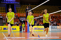 08-07-2010 VOLLEYBAL: WLV NEDERLAND - ZUID KOREA: EINDHOVEN<br /> Nederland verslaat Zuid Korea met 3-0 / Moppers vloerdweilers volleybal item<br /> ©2010-WWW.FOTOHOOGENDOORN.NL