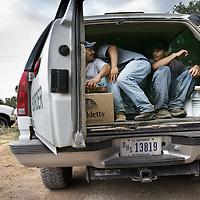 Verenigde Staten.Arizona.Nogales.juli 2005.<br /> Grenspolitie arresteert illegalen in de woestijn van Zuid Arizona, die illegaal vanuit Mexico de Verenigde Staten zijn binnengekomen. Ze worden gefoullerd op wapens en hun papieren worden gecontroleerd. Daarna worden de illegalen naar het hoofdbureau van de grenspolitie getransporteerd, waarna ze geregistreerd worden alvorens ze terug de grens overgebracht worden.Illegale vluchtelingen. Hechtenis.Droogte.Border Patrol.Grensproblematiek.Mexicanen.<br /> Archives 2005. Chase by police on illegal Mexicans who cross the border in Arizona.