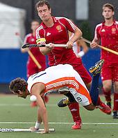 DEN BOSCH -  Leon Hemminga van Nederland in duel met de Engelsman Peter Jackson tijdens de wedstrijd tussen de mannen van Jong Oranje  en Jong Engeland, tijdens het Europees Kampioenschap Hockey -21. ANP KOEN SUYK