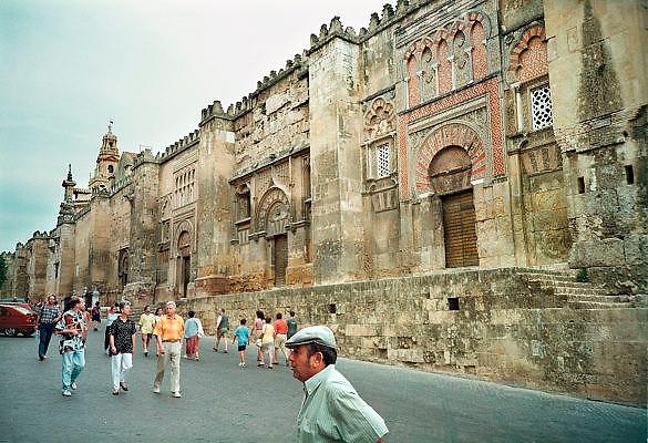 Spanje, Cordoba, 29-5-2007De moskee van Cordoba werd gebouwd tijdens de 9e en 10e eeuw en gewijd als de kathedraal in 1236. Een juweel van Hispanics kunst, de Mezquita, met zijn 850 zuilen, dubbele bogen en Byzantijnse mozaïeken, is een erfenis van het Omajjad kalifaat in Spanje. In het centrum van het bos van de kolommen stijgt een 16de-eeuwse kathedraal.Foto: Flip Franssen/Hollandse Hoogte