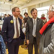 NLD/Amsterdam/20160515 - Nationaal Holocaust museum opent met schilderijen Jeroen Krabbé, minister Jet Bussemaker word rondgeleid door Jeroen met de Amerikaanse Consul Pilar McCawley