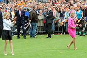 Koninginnedag 2008 / Queensday 2008. <br /> <br /> Koningin Beatrix viert Koninginnedag dit jaar in Friesland. De vorstin en haar familie bezochten op 30 april Makkum en Franeker.<br /> <br /> Queen Beatrix celebrates Queensday this year in Friesland (the Nothren provice in Holland). The Queen and its family visited Makkum and Franeker on 30 April.<br /> <br /> Op de foto/ On the Photo: Prinses Maxima en Mabel doet mee aan de lokale sport Kaatsen/ Princes Maxima and Mabel plays a local Game