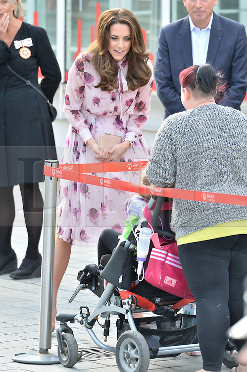 © Licensed to London News Pictures. 10/10/2016. CATHERINE DUCHESS OF CAMBRIDGE, PRINCE HARRY and PRINCE WILLIAM celebrate World Mental Health Day with Heads Together at the London Eye  London, UK. Photo credit: Ray Tang/LNP