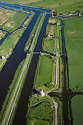 Nederland, Zuid-Holland, Kinderdijk, 12-06-2009; molens aan de hoge en een lage boezem van de polder Nieuw-Lekkerland, onderdeel van de Alblasserwaard. De meervoudige molengang is gebruikt voor het het droogmalen van de polder. Door de bodemdaling in de drooggevallen polders waren uiteindelijk twee waterreservoirs (boezems) nodig om het water in fases uit te slaan (het bemalen) en zo het water in de polder op peil te houden. De watermolens maken deel uit van het werelderfgoed en staan op de Werelderfgoedlijst van de UNESCO..Windmills used for pumping the water out of the nearby polder and maintaining  the water level. The mill network at Kinderdijk, with 19 windmills the largest in the Nethelands, is listed on the World Heritage List of Unesco..Swart collectie, luchtfoto (25 procent toeslag); Swart Collection, aerial photo (additional fee required). .foto Siebe Swart / photo Siebe Swart