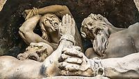 Prague, la ville aux mille tours et mille clochers, n'a pas seulement inspire Andre Breton et les surrealistes. Chaque annee, la belle Tcheque seduit des millions d'admirateurs du monde entier. Monuments, façades et statues racontent une histoire mouvementee ou planent les ombres du Golem, de Mucha ou de Kafka.<br /> Depuis 1992, le centre ville historique est inscrit sur la liste du patrimoine mondial par l'UNESCO<br /> Le pont Charles (Karluv most) est un pont qui relie la Vieille-Ville de Prague (Stare Mesto) au quartier de Mala Strana. Construit au XIVesiecle, il sera le seul pont sur la Vltava jusqu'en 1741.<br /> Trente statues, placees a intervalles reguliers, decorent les flancs du pont Charles. Disposees entre le 16e et le 20e s., elles constituent une veritable galerie a ciel ouvert. Elles sont l'oeuvre des plus grands artistes praguois, notamment les Brokoff pere et fils.