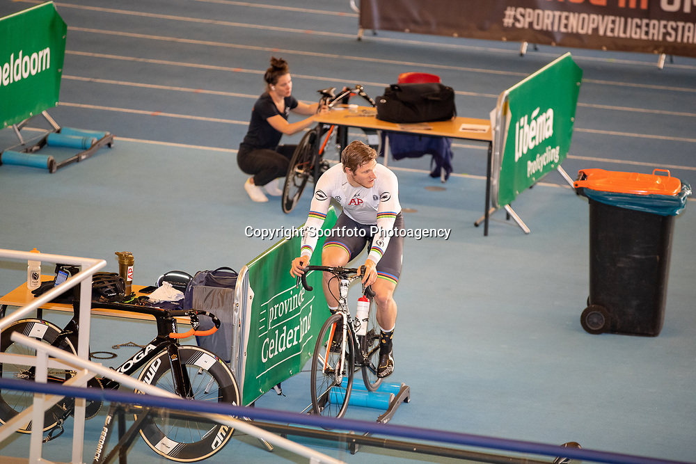 30-04-2020: Wielrennen: persmoment KNWU: Apeldoorn <br />De KNWU baanselectie trainende vandaag voor de eerste keer op de baan met inachtneming van het Corona protocol. Jeffrey Hoogland blij dat hij weer de baan op mocht