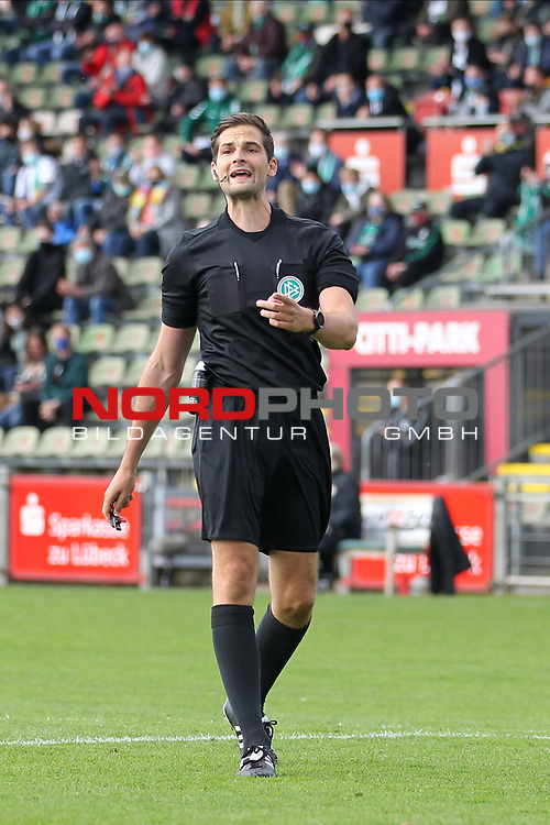 17.10.2020, Dietmar-Scholze-Stadion an der Lohmuehle, Luebeck, GER, 3. Liga, VfB Luebeck vs SG Dynamo Dresden <br /> <br /> im Bild / picture shows <br /> Schiedsrichter Dr. Max Burda (Berlin)<br /> <br /> DFB REGULATIONS PROHIBIT ANY USE OF PHOTOGRAPHS AS IMAGE SEQUENCES AND/OR QUASI-VIDEO.<br /> <br /> Foto © nordphoto / Tauchnitz