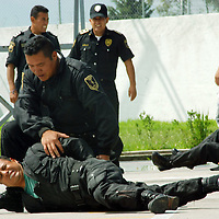 Almoloya de Juárez, Mex.- Cadetes hacen una demostración de destrezas durante la visita deHumberto Benítez Treviño, secretario general de gobierno y Germán García Moreno Ávila, comisionado de la Agencia de Seguridad Estatal (ASE), al plantel de formación policial del Valle de Toluca. Agencia MVT / José Hernández. (DIGITAL)<br /> <br /> NO ARCHIVAR - NO ARCHIVE