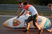 Wil Baselmans wordt gestart in de VeloX3 voor een extra testrit. In Lausitz rijdt Wil Baselmans van het Human Power Team Delft en Amsterdam de eerste poging om het uurrecord te breken. Wegens warmte heeft hij zijn poging na een half uur moeten afbreken. In september wil het team, dat bestaat uit studenten van de TU Delft en de VU Amsterdam, een poging doen het wereldrecord snelfietsen te verbreken, dat nu op 133 km/h staat tijdens de World Human Powered Speed Challenge.<br /> <br /> At the Dekra test track in Lausitz Wil Baselmans of the Human Power Team Delft and Amsterdam is riding his first attempt to set a new hour record with the VeloX3. After half an hour Baselmans has to stop due to the heat. With the special recumbent bike the team, consisting of students of the TU Delft and the VU Amsterdam, also wants to set a new world record cycling in September at the World Human Powered Speed Challenge. The current speed record is 133 km/h.