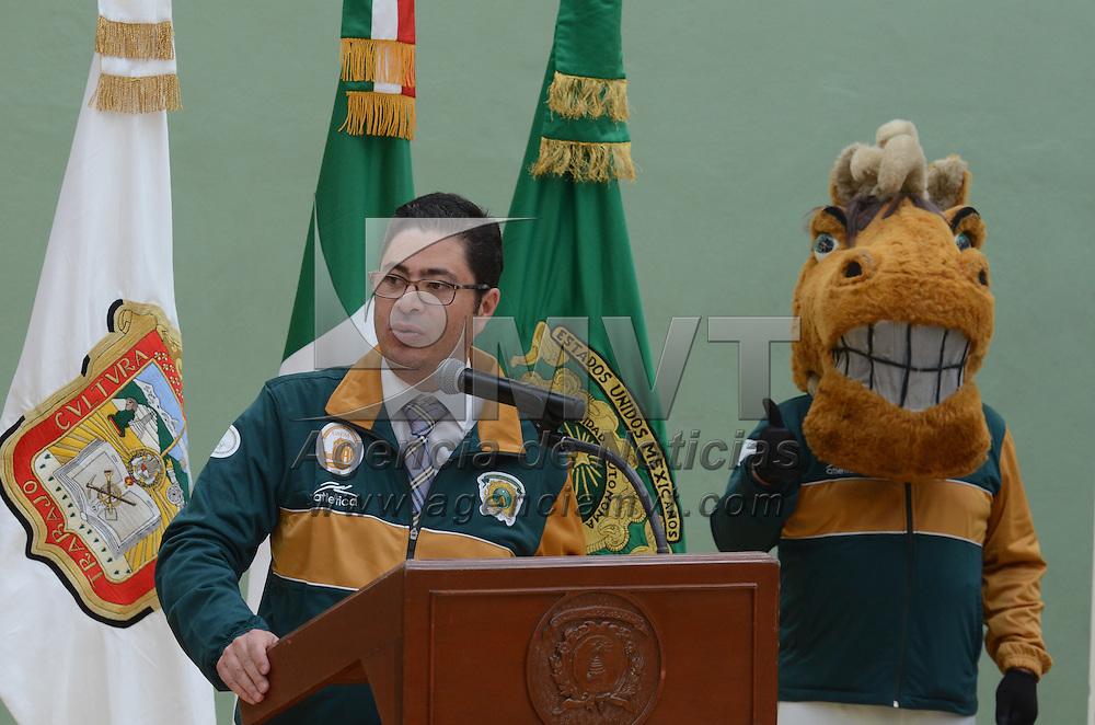 Toluca, México (Abril 29, 2016).- Hiram Piña Libien, secretario de Rectoría de la UAEM, abanderó a la delegación auriverde que participará en la Universiada Nacional 2016. Agencia MVT / Arturo Hernández.