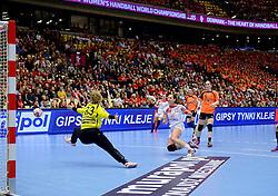 18-12-2015 DEN: World Championships Handball 2015 Poland  - Netherlands, Herning<br /> Halve finale - Nederland staat in de finale door Polen met 30-25 te verslaan / Tess Wester #33, Karolina Kudlacz-Gloc #14 of Poland