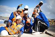 Een jong team van constructiewerkers tijdens de aanleg van infrastructuur, WK 2010 Zuid Afrika