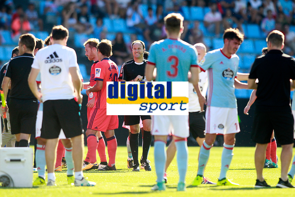 RC Celta de Vigo and Real Sociedad's players and the spanish referee Antonio Miguel Mateu Lahoz during cooling break in La Liga match. August 19,2017. (ALTERPHOTOS/Acero)