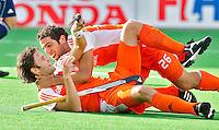 NEW DELHI -  Vreugde bij Oranje nadat Rogier Hofman (l) de winnende treffer heeft gemaakt zaterdag tijdens de wedstrijd om de derde plaats tussen Nederland en Engeland,  bij het WK Hockey 2010 voor mannen in New Delhi. Valentin Verga (r) deelt mee in de vreugde.