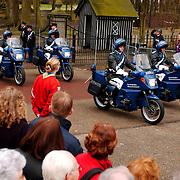 Overbrengen overleden prinses Juliana van paleis Soestdijk naar Noordeinde, motorrijders Koninklijke Mareschaussee