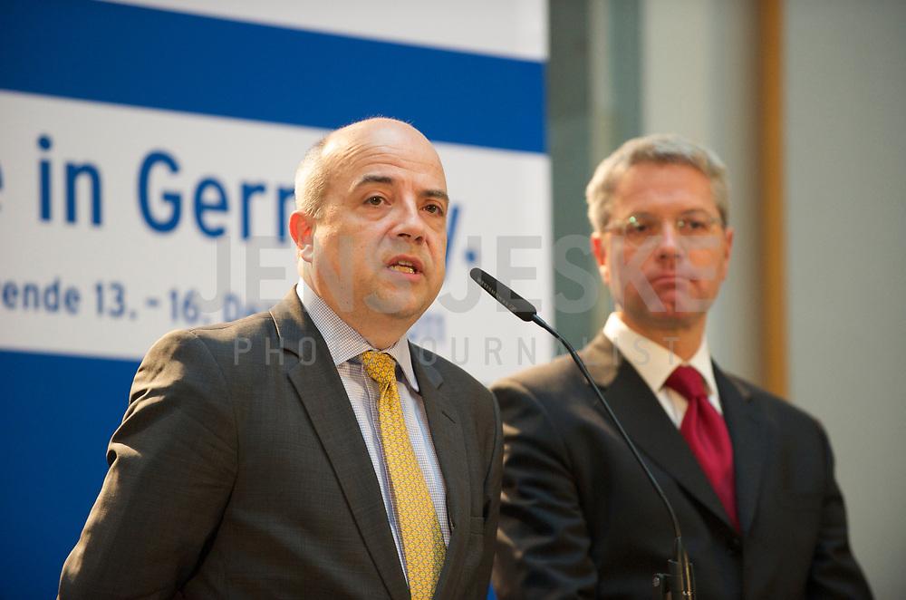 DEU, Deutschland, Germany, Berlin, 16.12.2011: <br />Pressekonferenz zum Abschluss der Branchengespräche zur Energiewende: Markus Kerber (L), Hauptgeschäftsführer des Bundesverbands der Deutschen Industrie (BDI) und Bundesumweltminister Dr. Norbert Röttgen (CDU) (R).