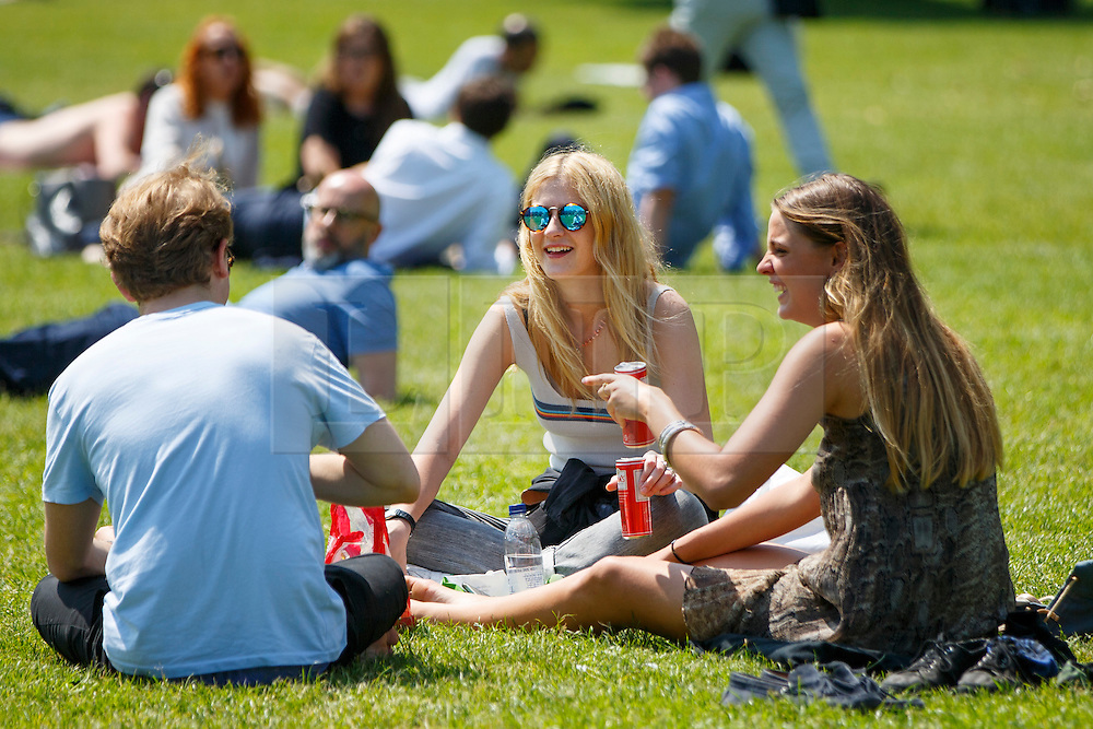 © Licensed to London News Pictures. 09/06/2016. London, UK. People enjoy sunshine and warm weather in Green Park, London on Thursday, 9 June 2016. Photo credit: Tolga Akmen/LNP