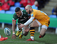 Rugby Union - 2019 / 2020 Gallagher Premiership - London Irish vs. Wasps<br /> <br /> Dan Robson of Wasps just beats Ben Loader to the ball to score a second half try for Wasps, at Madejski Stadium.<br /> <br /> COLORSPORT/ANDREW COWIE