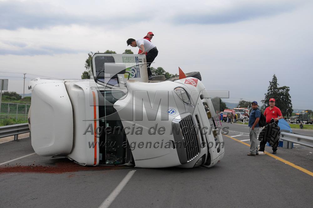 Chalco, Mex.- Una pipa de gas se volco esta tarde sobre la autopista mexiquense casi entronque con la autopista Mexico-Puebla, el chofer resulto lesionado. Agencia MVT / Juan Garcia.