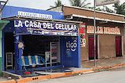 En el puerto de El Naranjo, Guatemala, es común encontrar locales de venta de tarjetas y aparatos telefónicos. (Foto: Prometeo Lucero)
