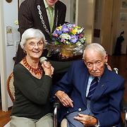 NLD/Naarden/20050630 - 60 Jarig huwelijk fam. van Os Diaconesselaan 5 Naarden, bezoek van burgemeester Peter Rehwinkel