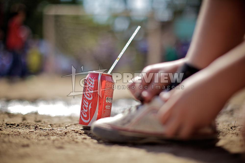 Detalhe de uma latinha de refrigerante durante partida válida pela Copa Coca-Cola, no campo do Periquito, em Porto Alegre. FOTO: Jefferson Bernardes/Preview.com