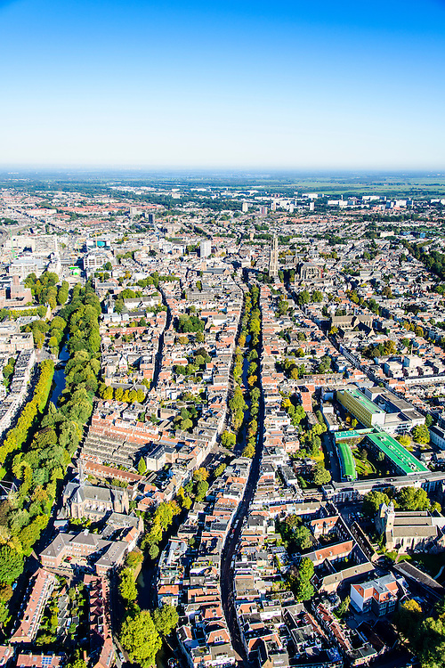 Nederland, Utrecht, Gemeente Utrecht, 30-09-2015; overzicht van de Utrechtse binnenstad vanuit het Zuiden langs de as van de Oudegracht, richting Domtoren. Links Catherijnesingel richting Centraal Station<br /> Southern part of downtown Utrecht and city centre.<br /> luchtfoto (toeslag op standard tarieven);<br /> aerial photo (additional fee required);<br /> copyright foto/photo Siebe Swart