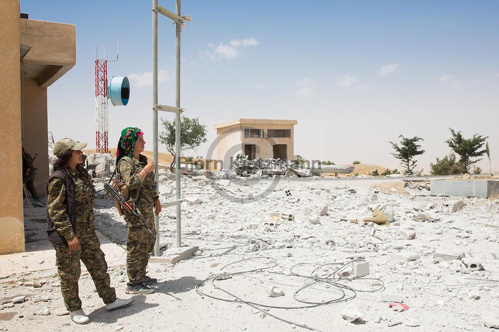 Abdul Aziz Gebirge, Syrien / Björn Kietzmann / 26.05.2015 - US-Luftangriffe zerstörten die ISIS-Stellung auf dem Gebirge und ermöglichten deren Einnahme durch kurdische Kämpfer. Seit dem kurdische Kämpfer einige Tage zur vor das Kizwanan Gebirge (arab: Abdul Aziz Gebirge) eingenommen haben, stellt das Gebirge den aktuellen Frontverlauf zwischen der YPG und ISIS dar. US-Luftangriffe auf ISIS-Stellung auf dem Gebirge ermöglichten dies. Zuvor gelang es den kurdischen Einheiten Gefechte um umliegende Dörfe zu gewinnen die teilweise seit Jahren von ISIS besetzt waren. Ein Großes Problem, weshalb viele Dörfer weiterhin unbewohnt sind, sind tausende von ISIS hinterlassene Sprengfallen und Mienen. In den letzten 10 Tagen starben in der Region mindests 12 Menschen durch Mienen.
