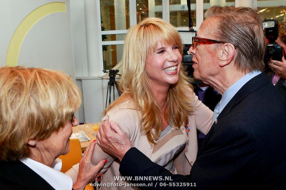 NLD/Huizen/20110429 - Lintjesregen 2011, Linda de Mol word gefeliciteerd door haar ouders