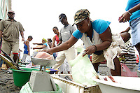 09 JAN 2006, SAO FELIPE/FOGO/CAPE VERDE:<br /> Fischverkaeuferinnen verkaufen frischen Fisch auf der Strasse, Sao Felipe, Insel Fogo, Kapverdischen Inseln<br /> Woman are selling fresh fish in the streets of Sao Felipe,  island Fogo, Cape verde islands<br /> IMAGE: 20060109-01-006<br /> KEYWORDS: Travel, Reise, Natur, nature, Meer, sea, seaside, Küste, Kueste, coast, cabo verde, Dritte Welt, Third World, Kapverden, Markt, market, Einzehandel, Verkauf