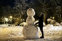 Bialystok, 26.01.2017. Nocny Bialystok pod sniegiem. Po całodobowych obfitych opadach sniegu miasto zostalo przykryte 30 cm warstwa bialego puchu. N/z lepienie balwana sniegowego na Placu Teatralnym fot Michal Kosc / AGENCJA WSCHOD